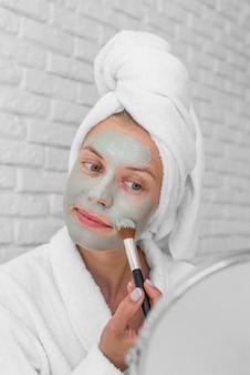 Donna che mette sul primo piano di trattamento del viso