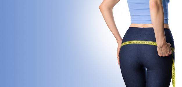 Donna che misura i suoi fianchi