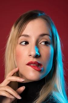 Donna che morde il suo ritratto delle labbra