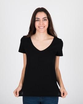 Donna che mostra camicetta nera
