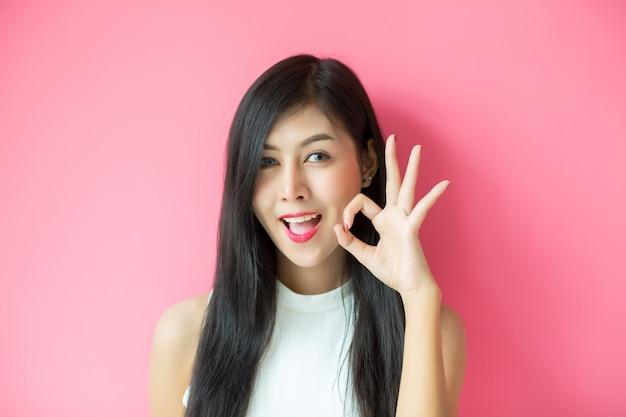 Donna che mostra espressione facciale