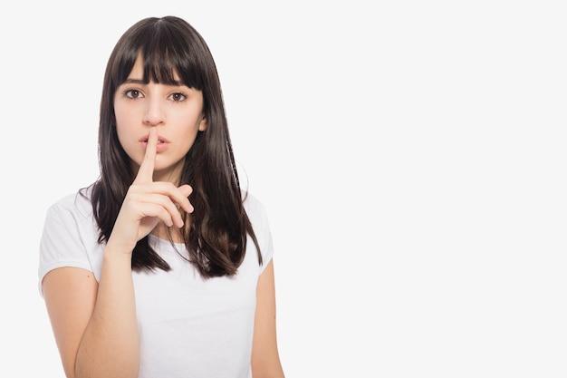 Donna che mostra il gesto del silenzio