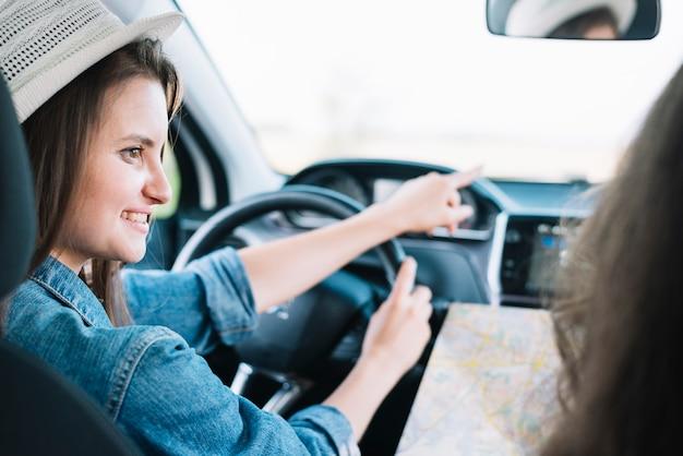 Donna che mostra il modo al passeggero