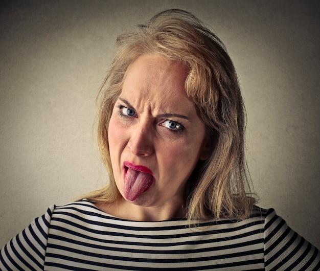 Donna che mostra la lingua