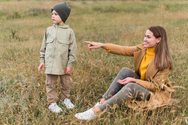 Donna che mostra qualcosa a suo figlio