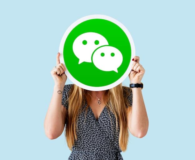 Donna che mostra un'icona di wechat
