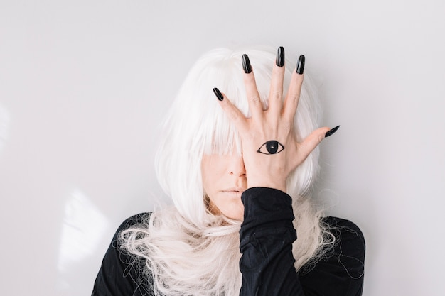 Donna che nasconde l'occhio