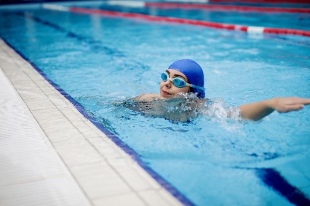 Donna che nuota in una piscina