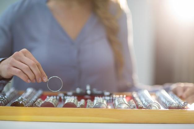 Donna che organizza messbrille in cassetta degli attrezzi
