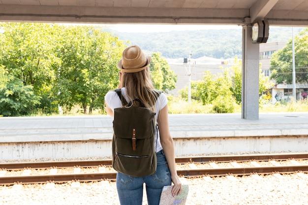 Donna che osserva attraverso una stazione ferroviaria
