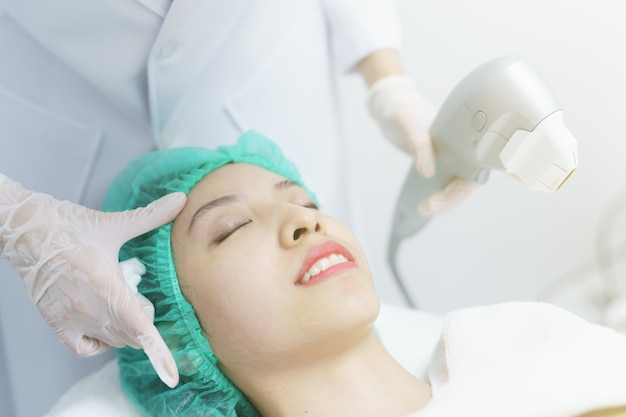 Donna che ottiene il trattamento spa hifu