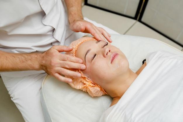 Donna che ottiene massaggio facciale