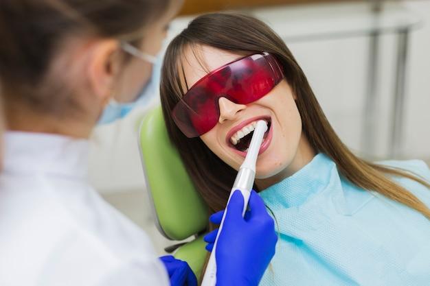 Donna che ottiene procedura al dentista