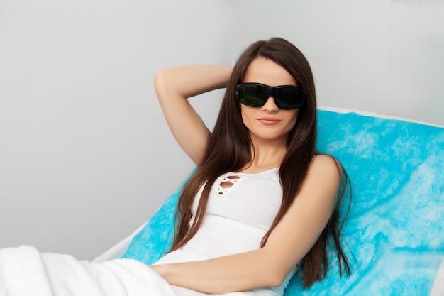 Donna che ottiene trattamento laser in un salone di bellezza.