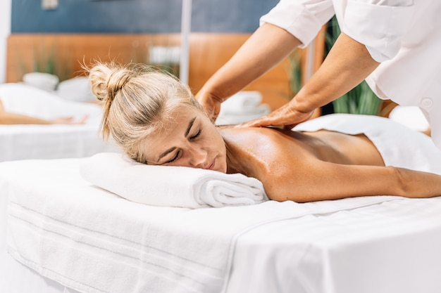 Donna che ottiene un massaggio al centro di bellezza