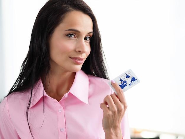 Donna che paga il prodotto con carta di credito