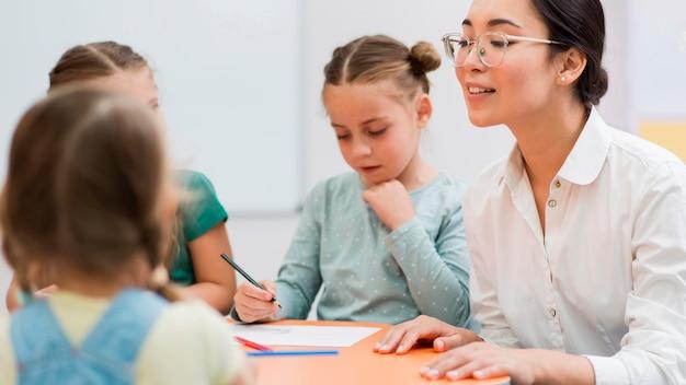 Donna che parla con i suoi studenti