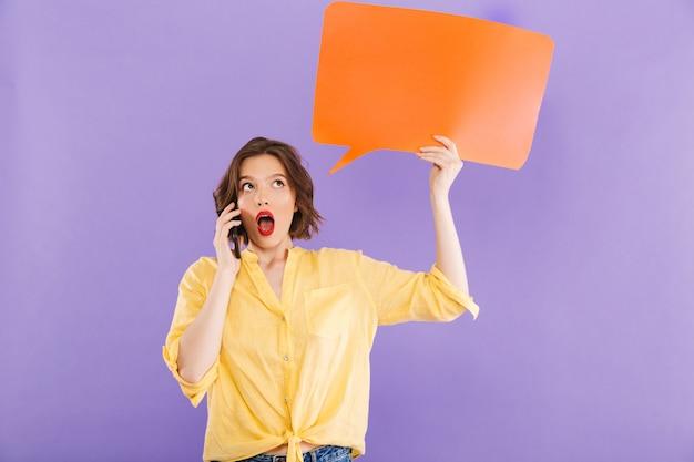 Donna che parla dal fumetto della tenuta del telefono cellulare