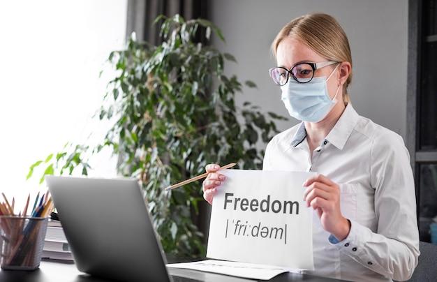 Donna che parla di libertà con i suoi studenti