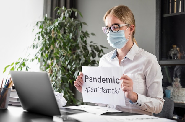 Donna che parla di pandemia con i suoi studenti