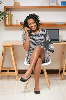Donna che parla sul retro telefono