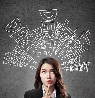 Donna che pensa al debito