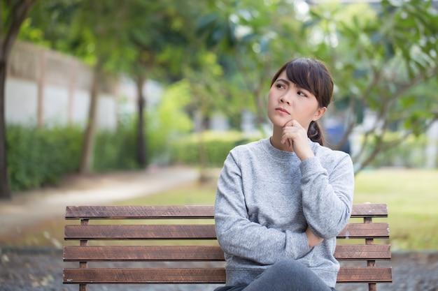 Donna che pensa al parco
