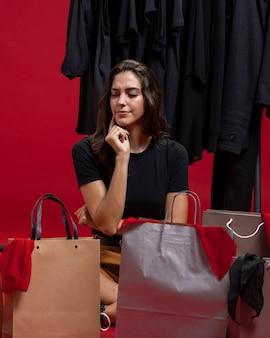 Donna che pensa allo shopping