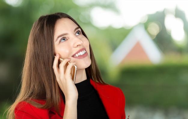 Donna che per mezzo del telefono cellulare