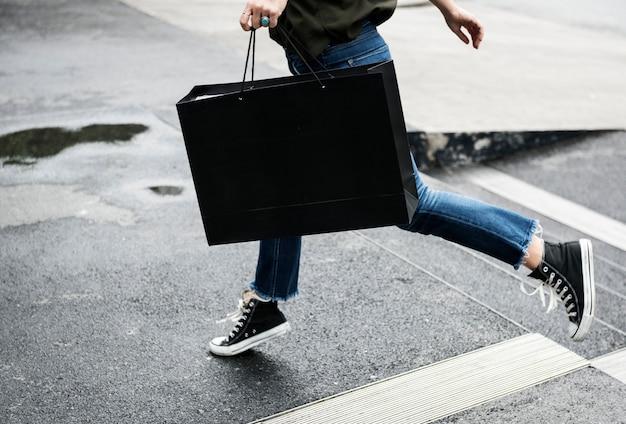 Donna che porta una shopping bag
