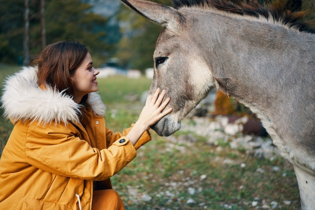 Donna che posa con un asino sugli spacemountains della natura