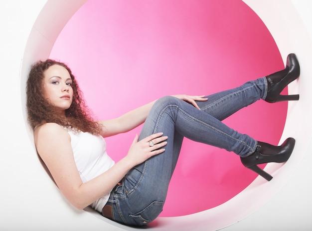 Donna che posa in cerchio