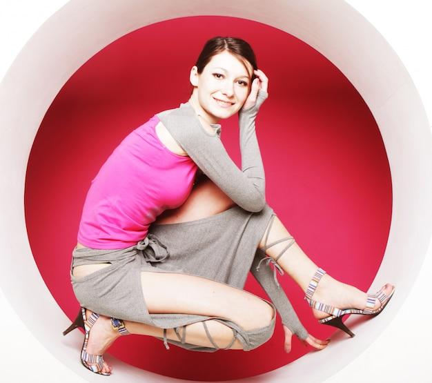 Donna che posa nel cerchio rosa