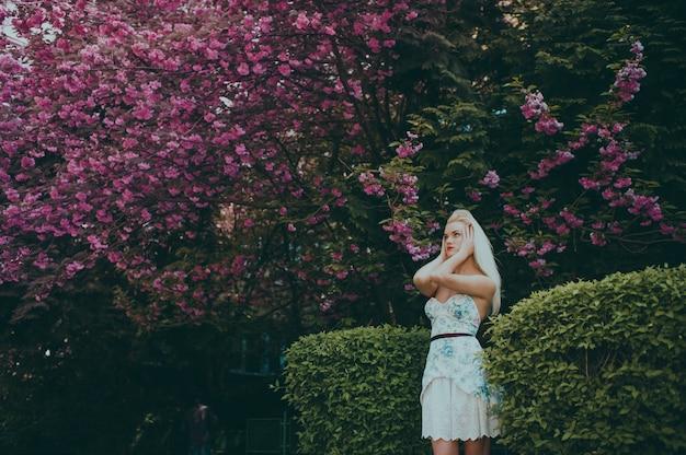 Donna che posa per una foto in un giardino