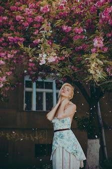Donna che posa per una foto nel giardino