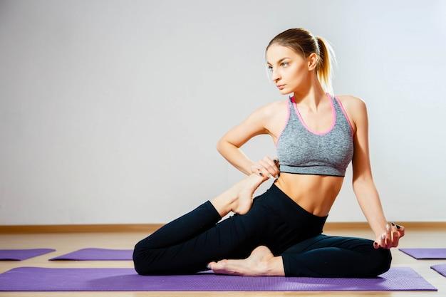 Donna che pratica posa yoga flessibile