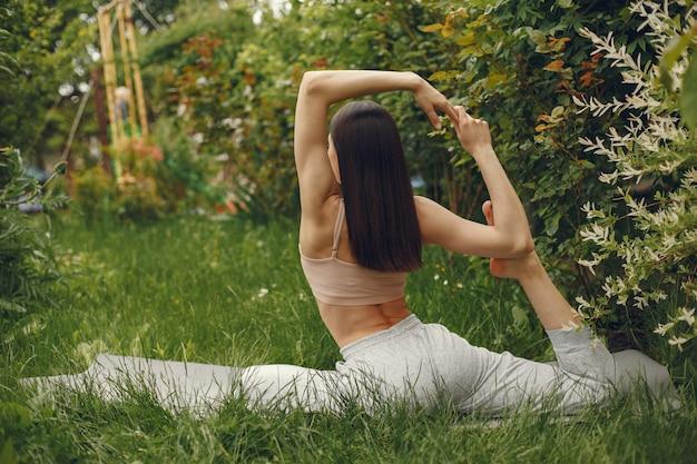 Donna che pratica yoga avanzata in un parco