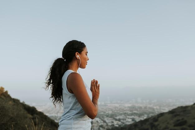 Donna che pratica yoga per il relax