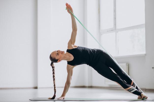 Donna che pratica yoga su una stuoia