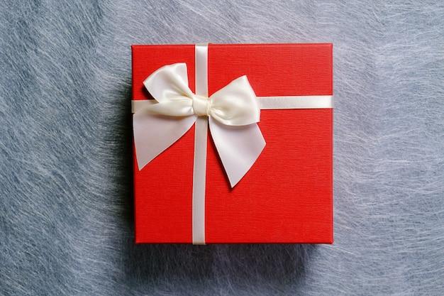 Donna che prende il pacco regalo dal pacco.
