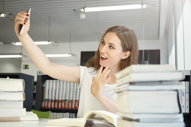 Donna che prende la foto del selfie all'ufficio