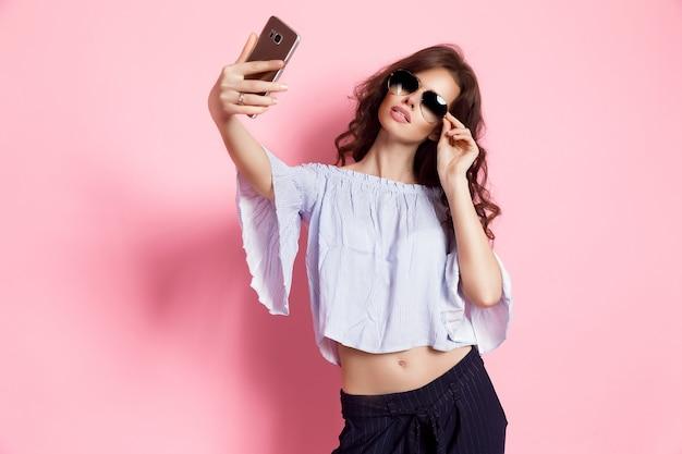 Donna che prende selfie