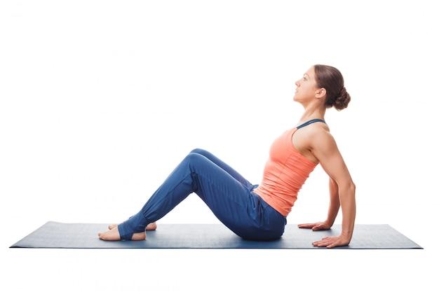 Donna che prepara per asana yoga posa ascendente purvottanasana della plancia