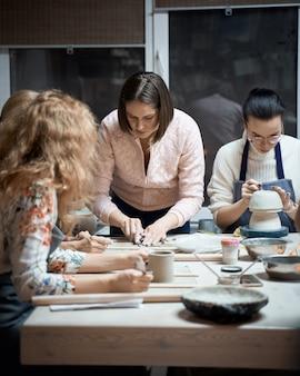 Donna che produce terraglie ceramiche sull'officina. concetto per donna freelance, affari. fatto a mano