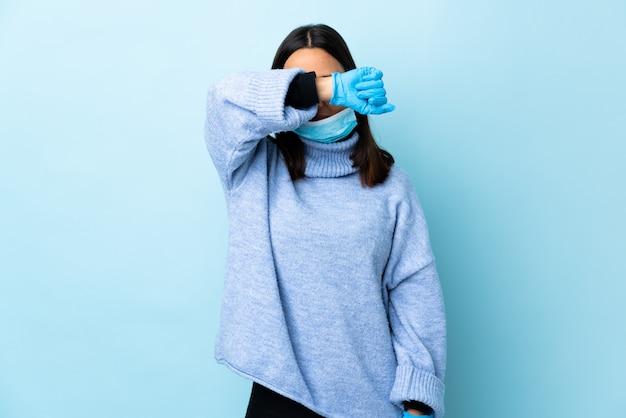 Donna che protegge dal coronavirus con una maschera e guanti sopra isolati
