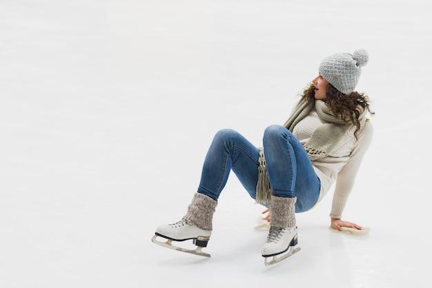 Donna che prova a stare in piedi sul ghiaccio