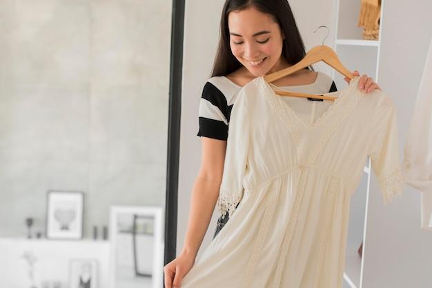 Donna che prova i vestiti
