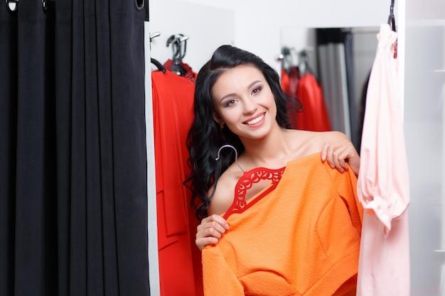 Donna che prova su una maglietta arancione