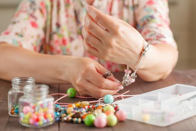 Donna che prova un braccialetto fatto in casa