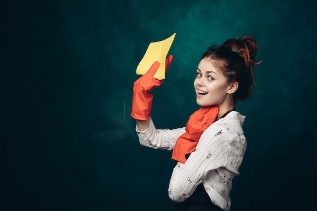 Donna che pulisce casa, donna delle pulizie, guanti di gomma